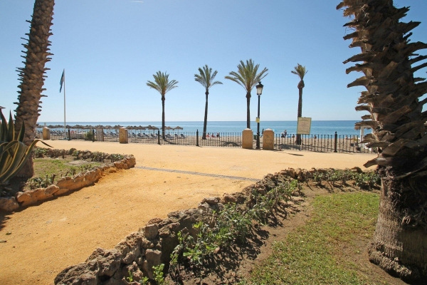 3 Bedroom, 2 Bathroom Apartment For Sale in Las Cañas Beach, Marbella Golden Mile